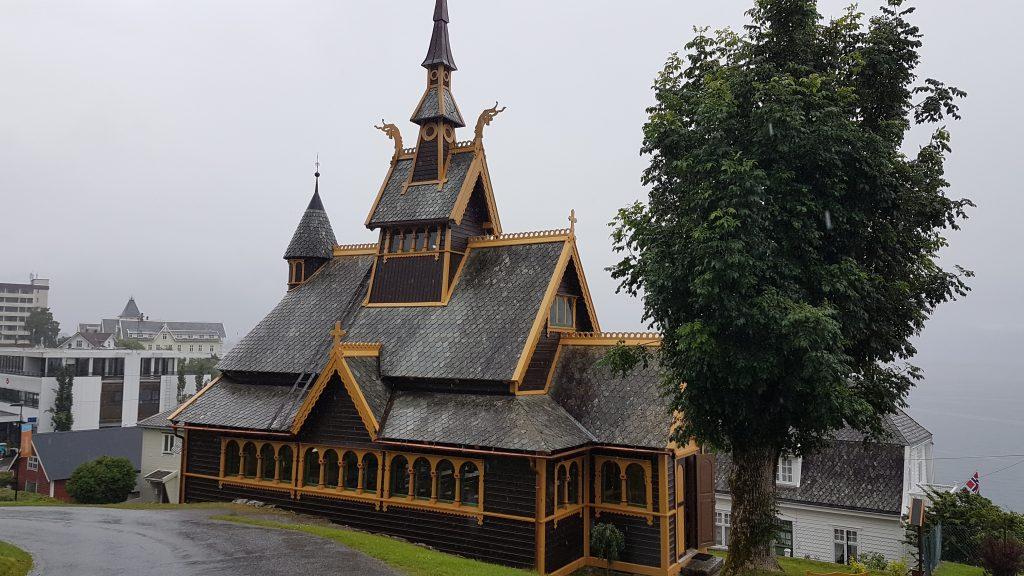 Camperreis Noorwegen houten kerkje Disney Frozen Balestrand