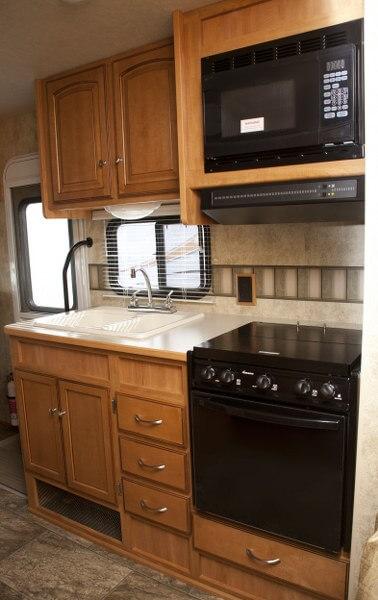 Keuken met grote koelkast, diepvries en magnetron