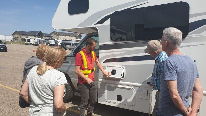 Uitleg over de camper bij verhuurbedrijf Fraserway