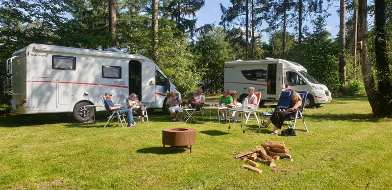 Gezellig kampvuur op de camping