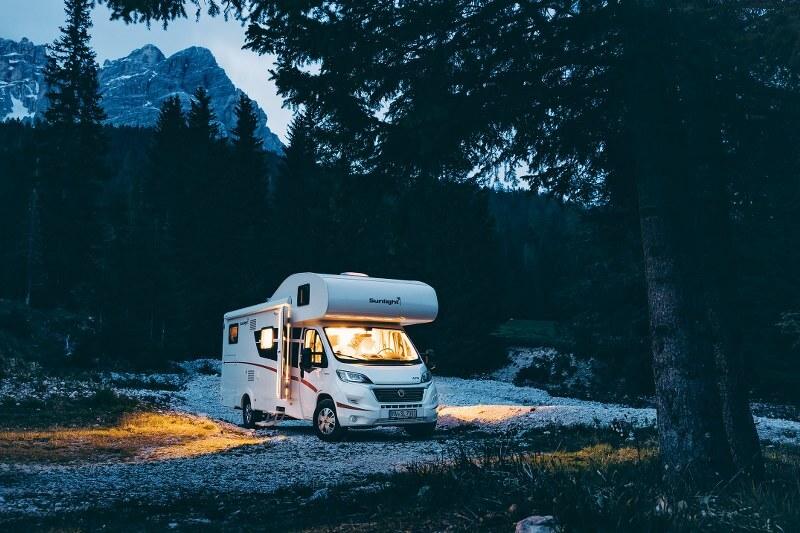 Met de camper op de camping in de bergen