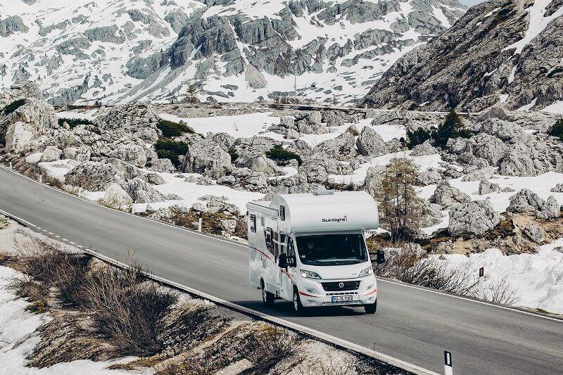 Met de camper een kronkelige bergpas rijden