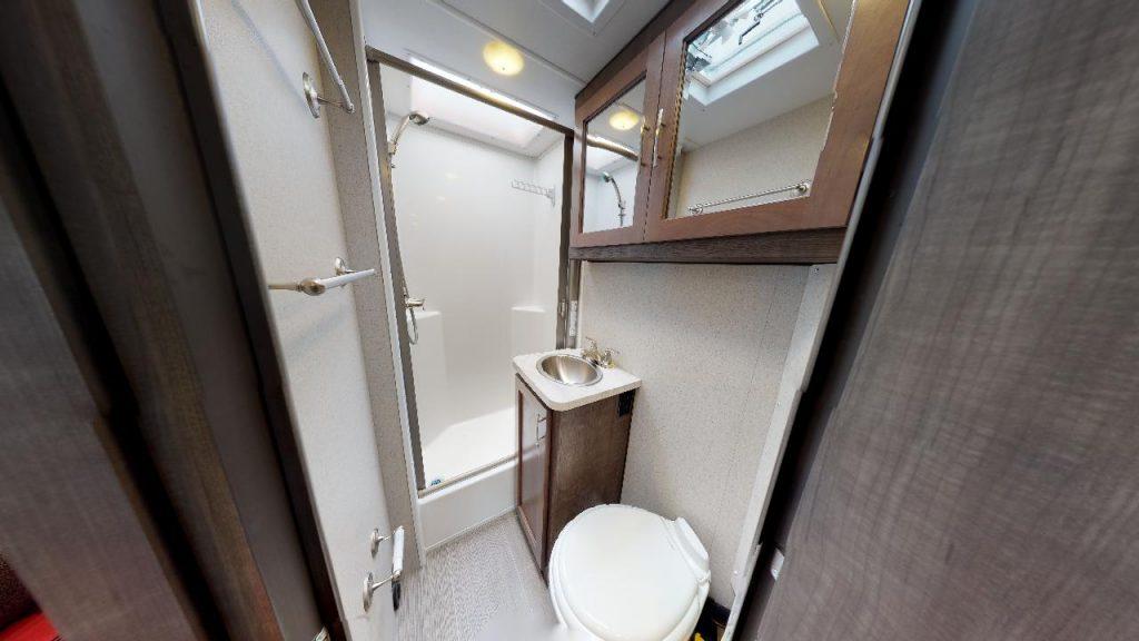 Ruime badkamer met douche, toilet en wastafel