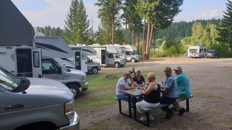 Gezellig bijkletsen op de camping bij Dutch Lake